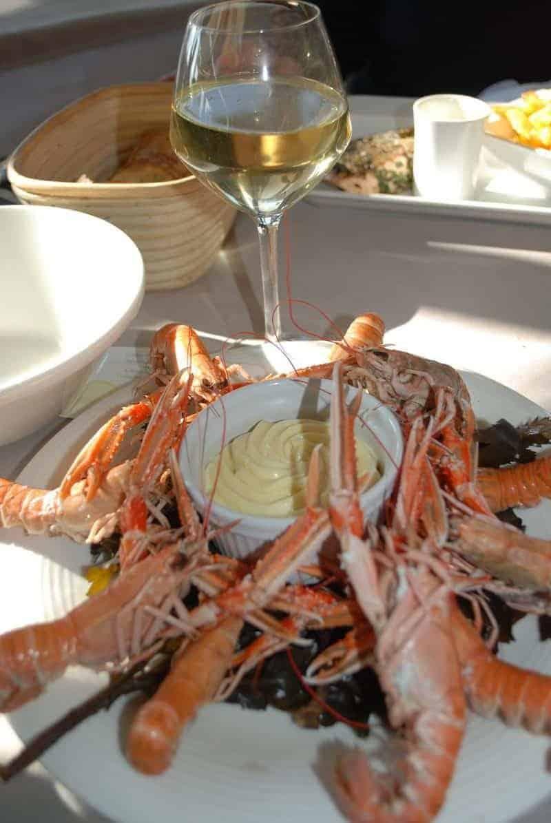 לנגוסטינים של פלטת פירות הים של מרק דגים של La Mere Champlain.