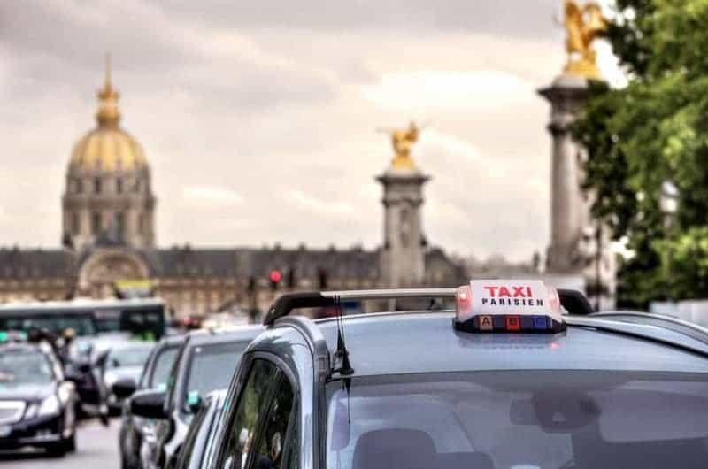מוניות בפריז.