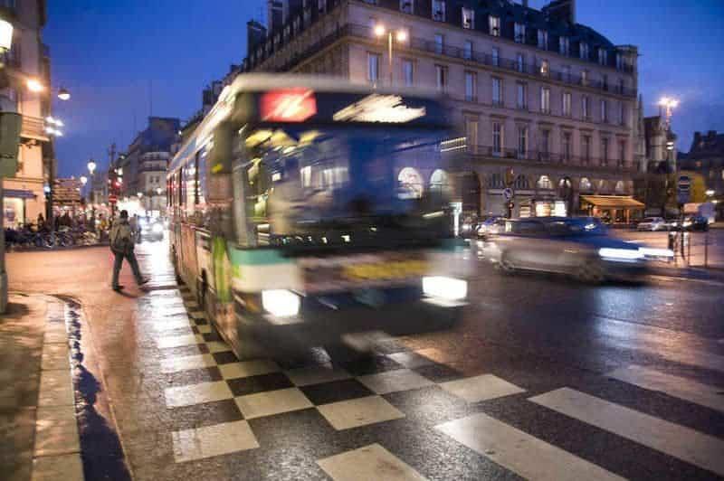 אוטובוס באחד מרחובות פריז