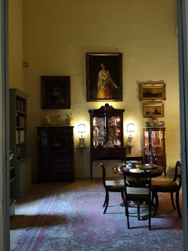 אחד מחדרי האירוח בקומה העליונה של הבית. צילם: צבי חזנוב.