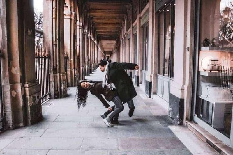צבי ואיזבל רוקדים באכסדרת העמודים של הפאלה רויאל. צילום: לירן הוטמכר