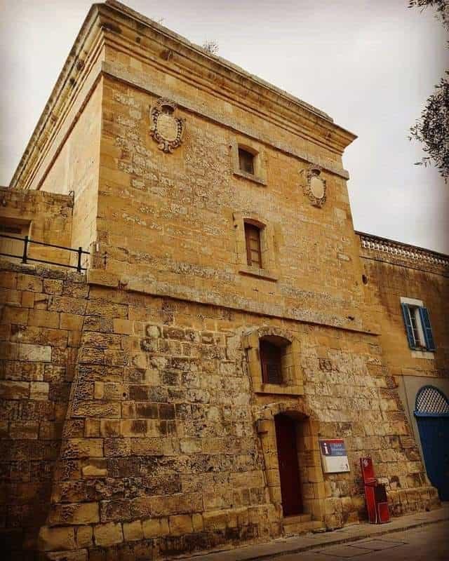 מגדל הדגל ליד השער הראשי של מדינה