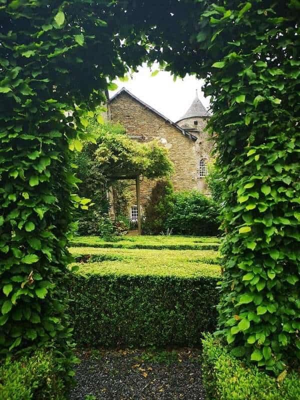 חלק קטן מהגן עם הטירה ברקע. צילם: צבי חזנוב.
