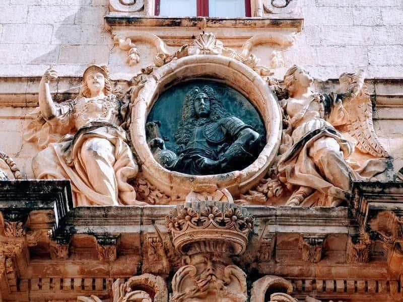 הארמון של וילנה. מעל השער הראשי של הארמון ניתן לראות את הפסל של מנואל דה וילנה, בכבודו ובעצמו.