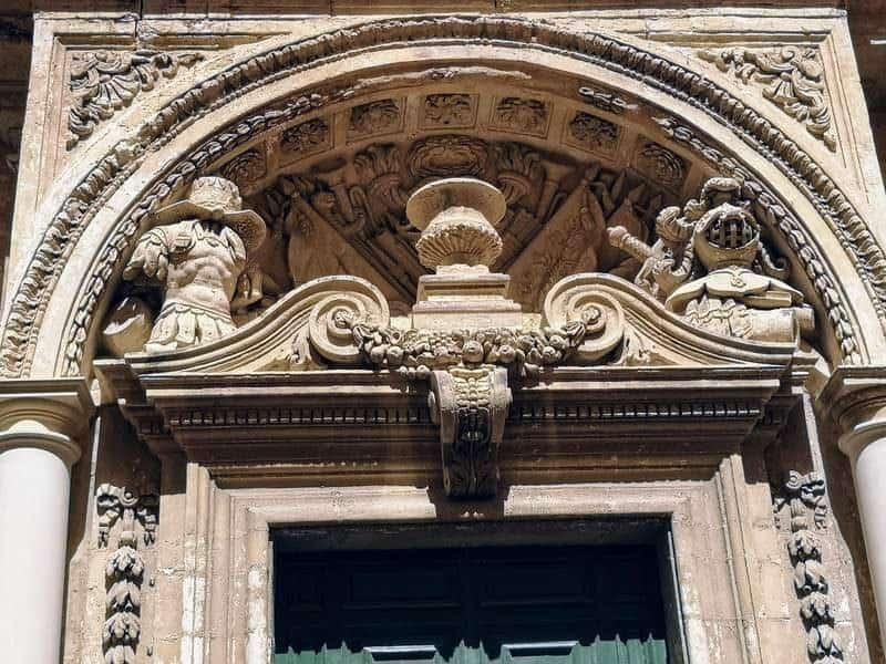 חלקה העליון והמרשים של הדלת ב Banca Giuratale.