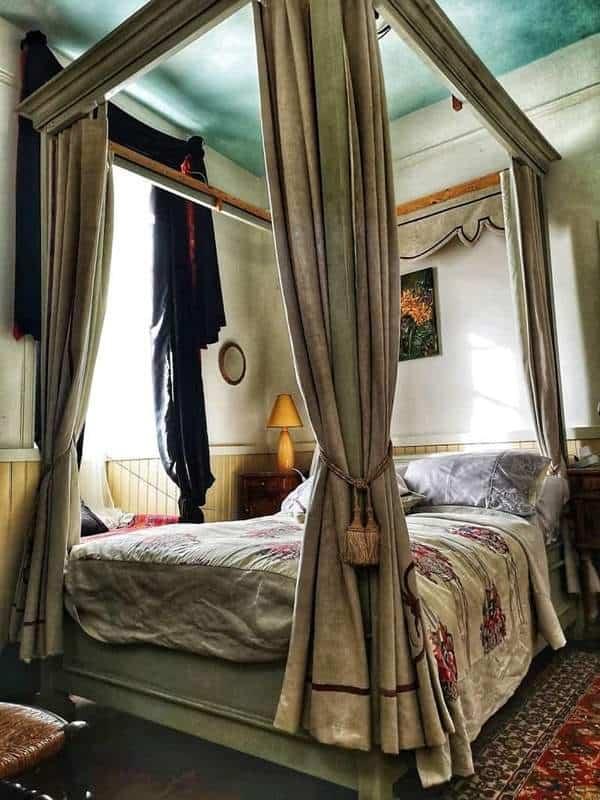 מיטת אפיריון באחד מחדרי הטירה. צילם: צבי חזנוב