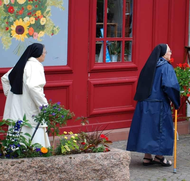 הנזירות שיצאו מהכנסיה.