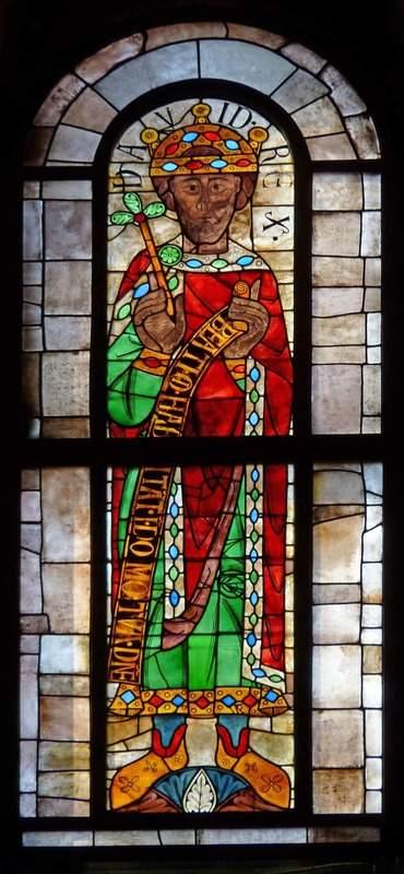 המלך דוד מצוייר על ויטראז' בקתדרלת אוגסבורג. מקור צילום: ויקיפדיה.