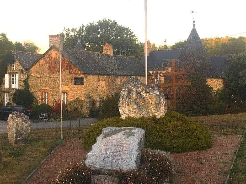 האנדרטה בכניסה לטירה