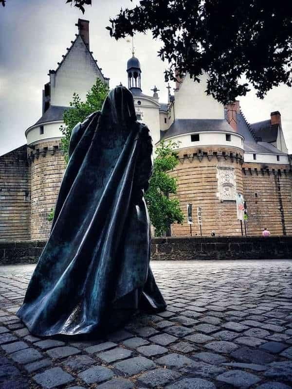 טירת הדוכסים של נאנט והפסל של אן דה ברטאן שנמצא ממש ממול