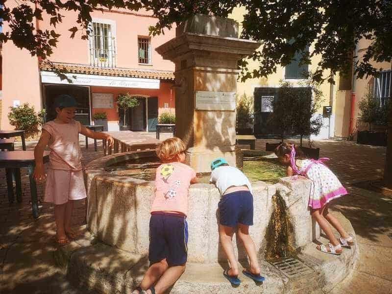 ילדים בכיכר אחד הכפרים בפרובאנס.