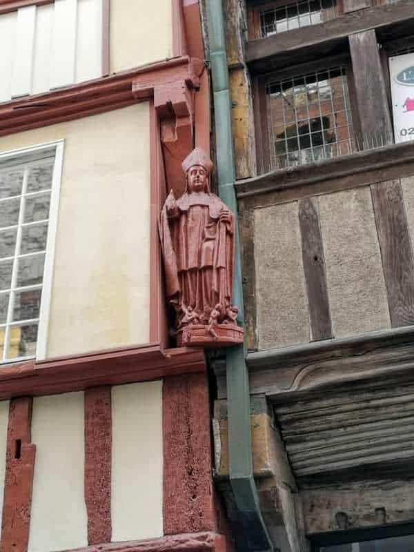 פסל של אחד מקדושי האזור שצולם על אחד הבתים במרכז דינאן. צילום: צבי חזנוב.