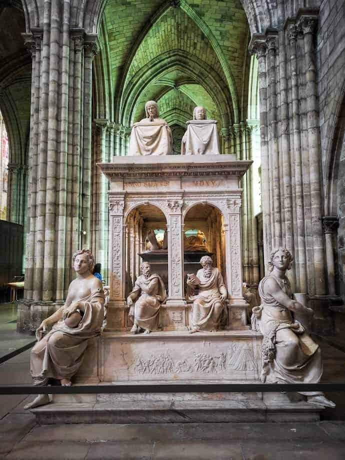 קברם של אן מברטאן ולואי ה-12 בקתדרלת סן דני.צילום: צבי חזנוב