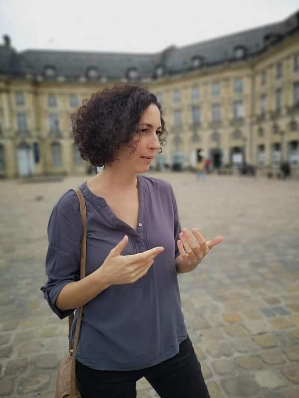 יונה מסבירה לנו על ההיסטוריה של כיכר הבורסה בבורדו. צילם: צבי חזנוב
