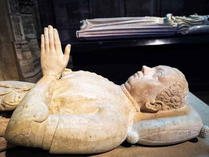 קברו של דו גקלן בקתדרלת סן דני - צילום: צבי חזנוב
