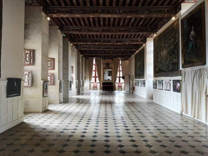 אחד האולמות המרכזיים בטירת בריסאק. צילם: צבי חזנוב