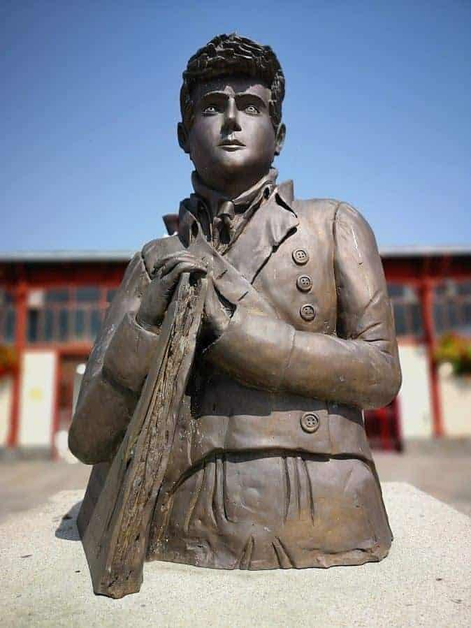 פיסלו של שאטובריאן הצעיר שנמצא בחזית השוק. צילם: צבי חזנוב