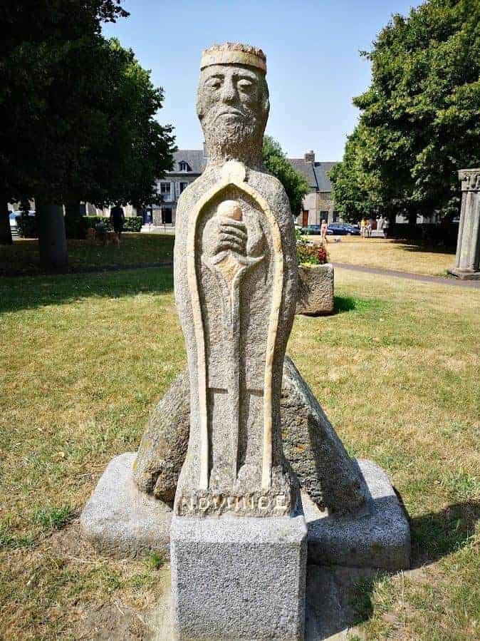 פיסלו של נוימנואה מלך ברטאן הראשון. צילם: צבי חזנוב