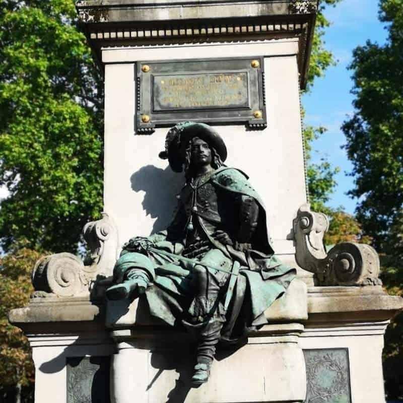 דארטניין יושב מאחורי פסלו של אלכסנדר דיומא האב. צילם: צבי חזנוב