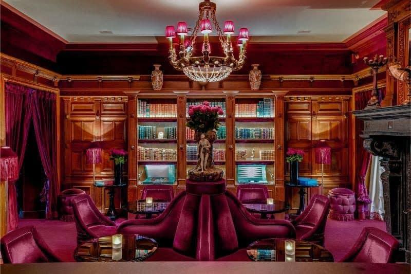 בר המלון שמעוצב כספריה. צילום: Maison Souquet