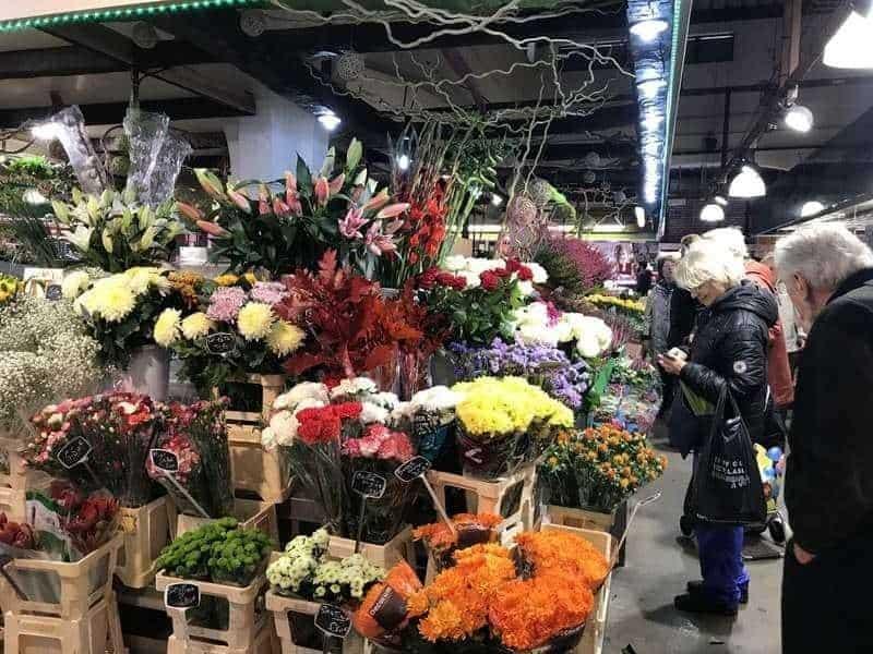 דוכן פרחים בשוק. צילום: מרים אדרי