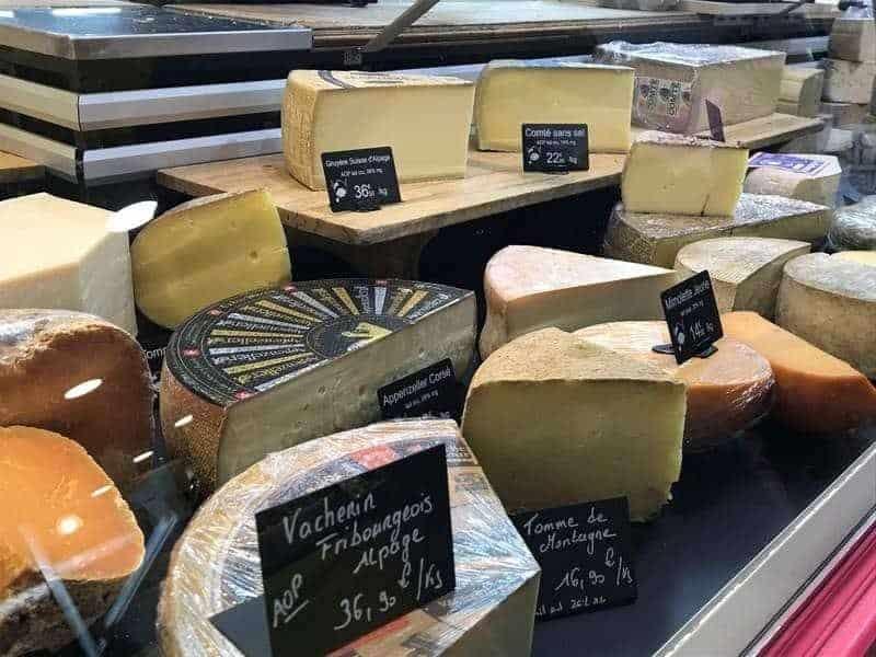 דוכן גבינות בשוק. צילום: מרים אדרי