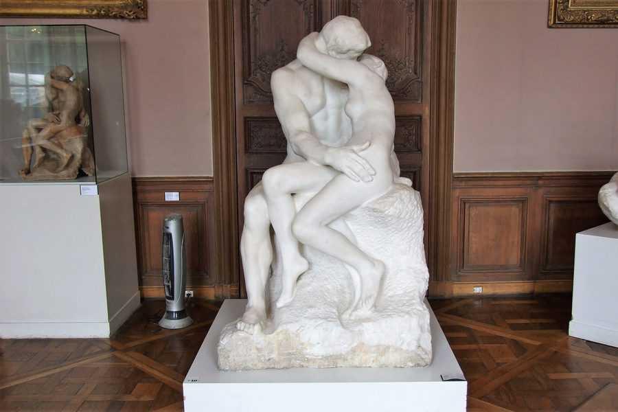 פסל הנשיקה מאת אוגוסט רודן. צילם: יואל תמנליס