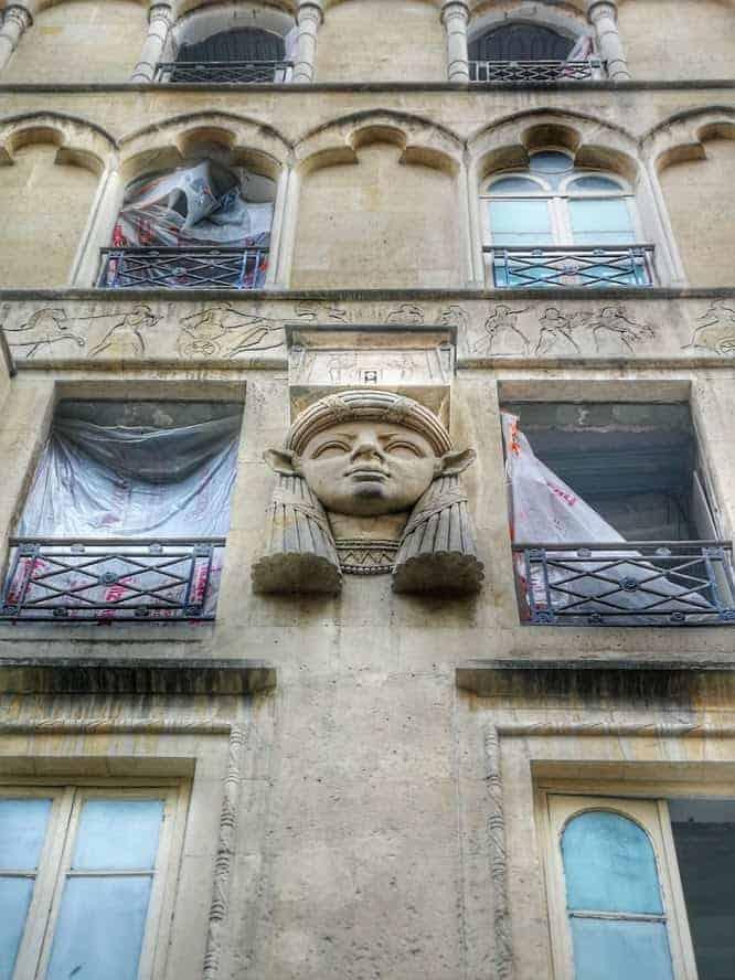 פסל מצרי על קירות פסאג' קהיר שבכיכר קהיר. צילם: צבי חזנוב