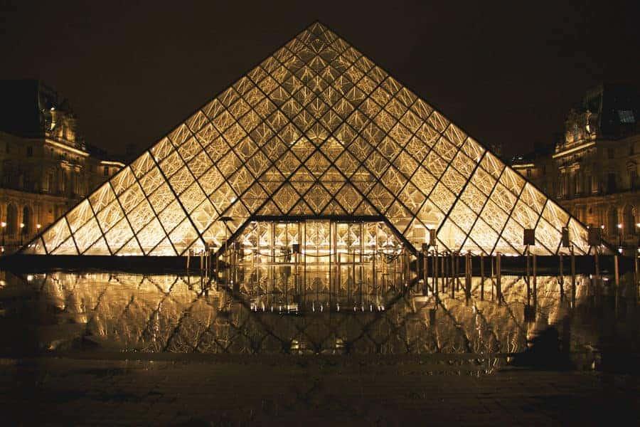 הפירמידה של הלובר. תמונה של Jumpstory.