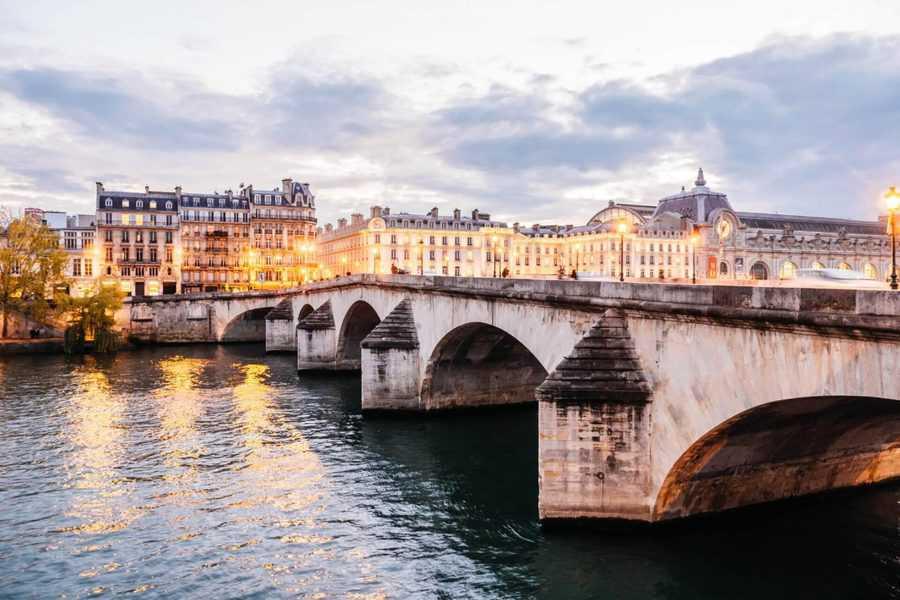 לינה בפריז