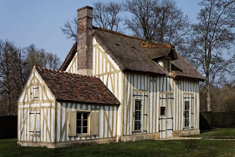 אחד מהמבנים בחווה בגני ארמון שאנטיי. יתכן ושם אכלה הברונית ד'אוברקירש את הקצפת המפורסמת. צילם Thesupermat. מוצג על פי הרישיון CC BY-SA 3.0