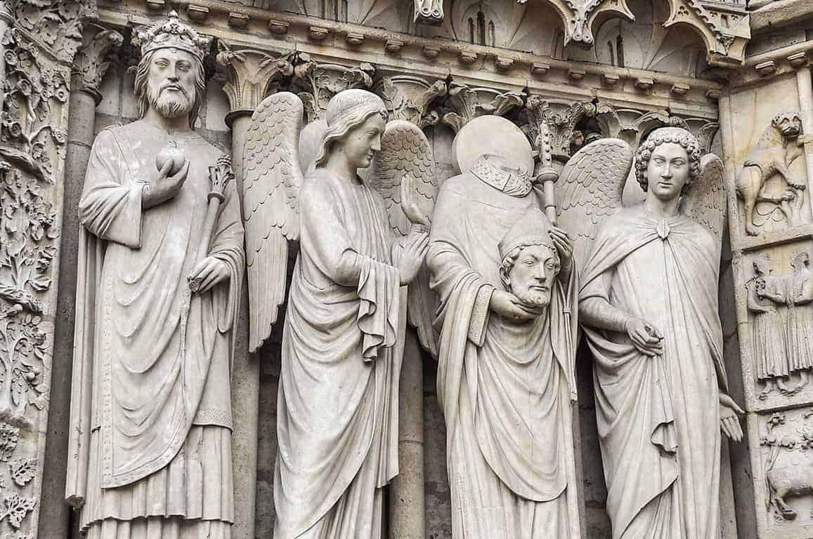 פסלי הקדושים בכניסה לנוטר-דאם. צילום: יואל תמנליס