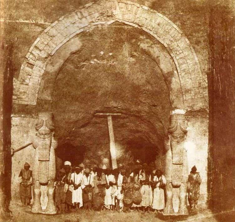 הצוות הארכיאולוגי בחורסבאד (1853). מקור צילום: ויקיפדיה.