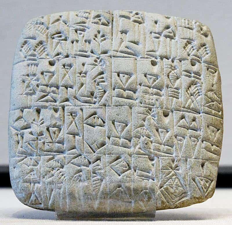 לוח ובו חרוט כתב יתדות שנמצא בחפירות בדור שורכין