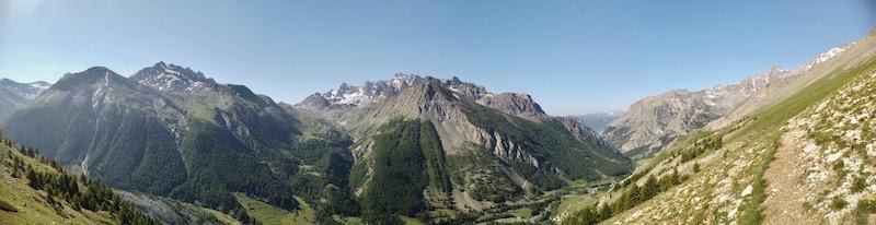 האלפים הגבוהים, שילוב של עמקים ירוקים ופסגות מחודדות