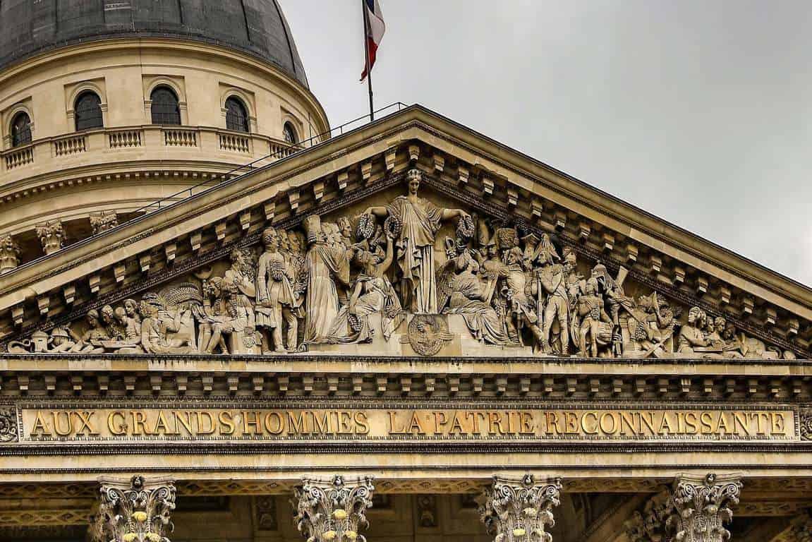 הכתובת בתחתית הצילום מתייחסת לכך שהמדינה (המולדת) אסירת תודה לאנשיה הגדולים. צילום: יואל תמנליס.