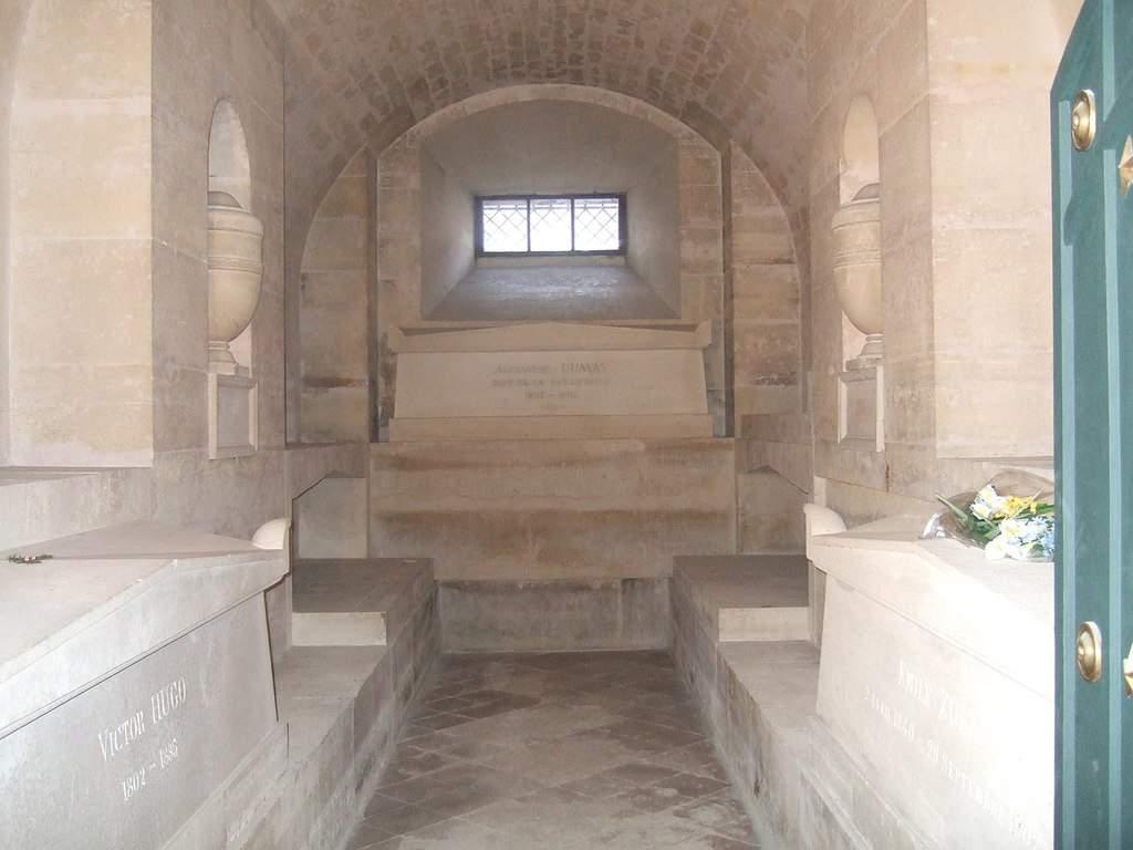 החדר בו קבורים ויקטור הוגו, אלכסנדר דיומא ואמיל זולא. מקור צילום: ויקיפדיה.