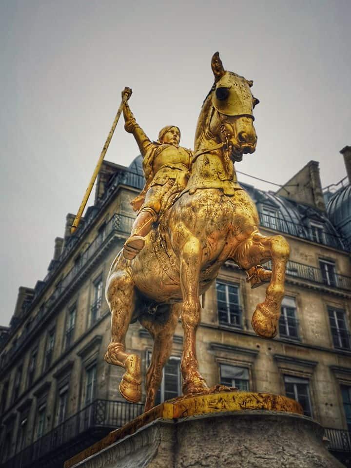 פסלה של ז'אן דארק בפריז. צילם: צבי חזנוב
