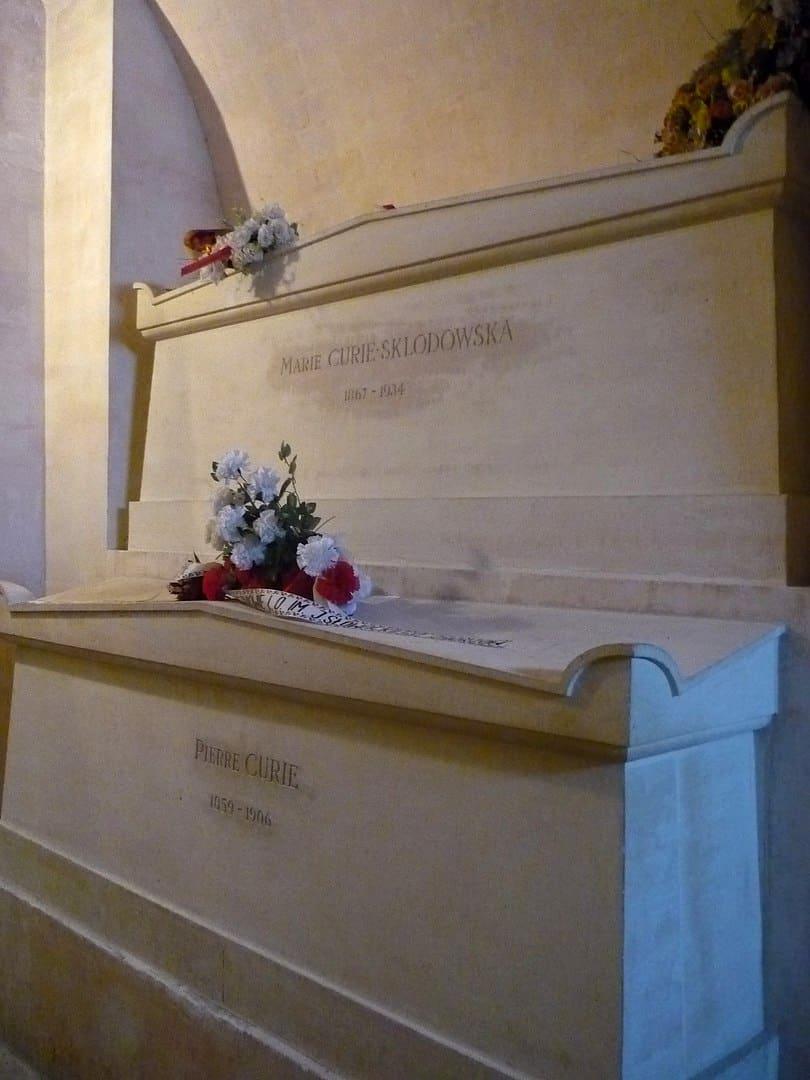 קברם של פייר ומארי קירי בפנתיאון. צילם: Rémih. מקור צילום ויקיפדיה.