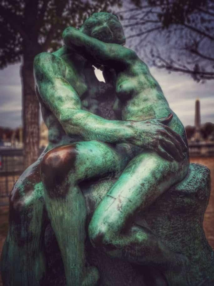 פסל הנשיקה של רודאן בגני הטווילרי. צילם צבי חזנוב