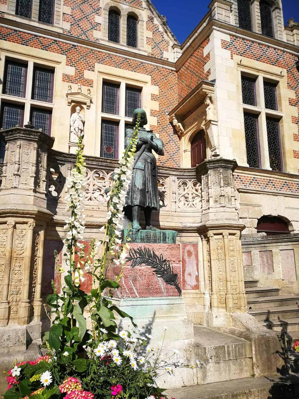 פסלה של ז'אן ד'ארק מול אוטל גרולו. צילמה: יעל הרמלין.