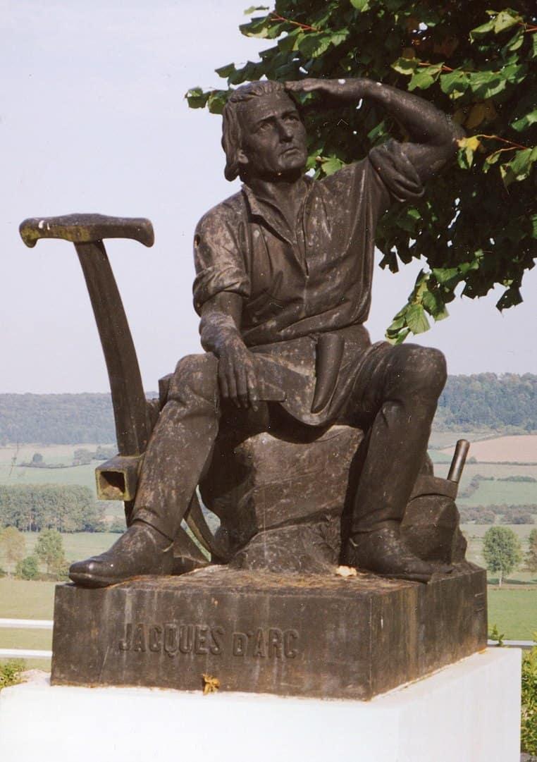 פסלו של ז'אק דארק בכפר דומרמי.