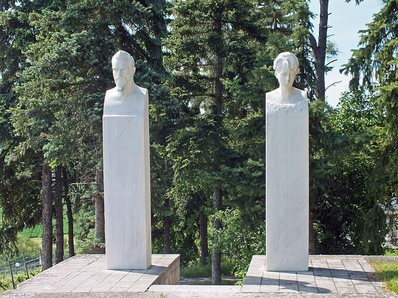 פסליהם של מקס וגרטרוד קלינגר בפתח אחוזת קברם בגְרוֹסְיֵינָה (מקור צילום: ויקיפדיה)