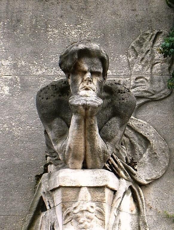 פיסלו של בודלר בבית הקברות של מונפרנאס. צילם: Airair