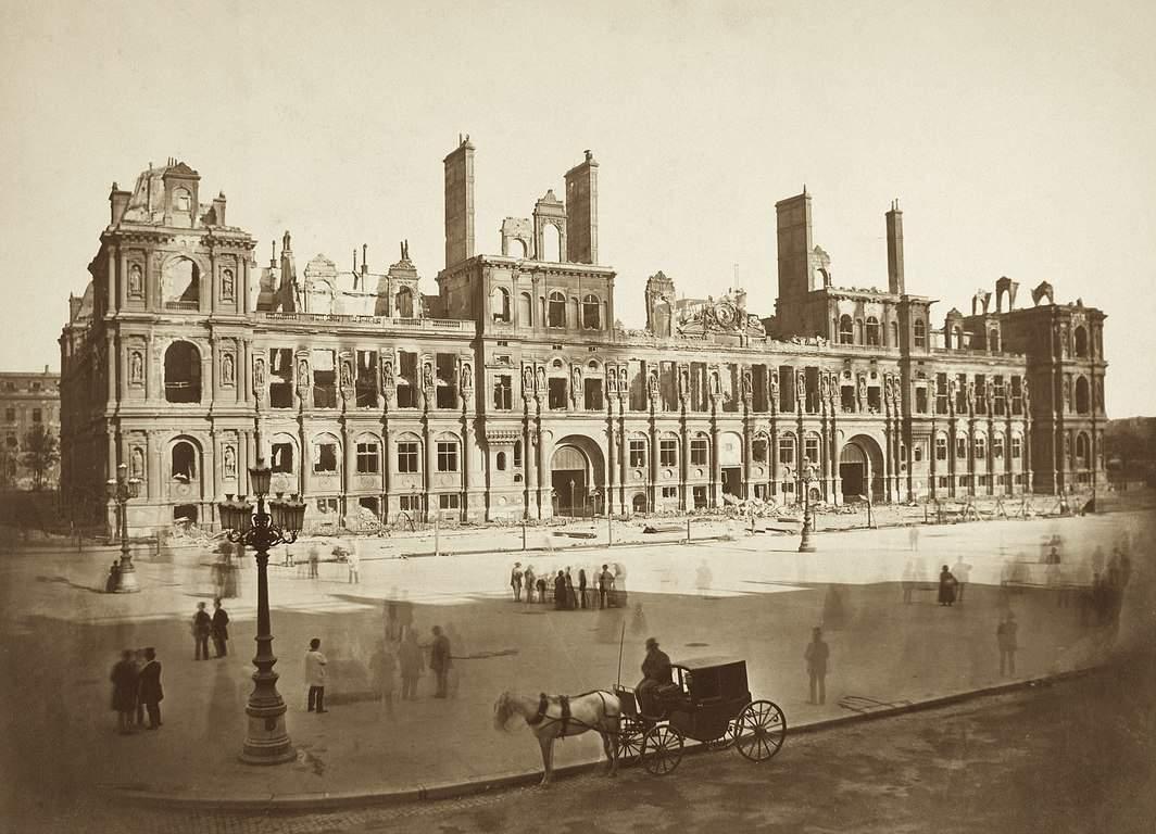 צילום של האוטל דה ויל השרוף בשנת 1871. צילם: Auguste Hippolyte Collard. מקור צילום: ויקיפדיה.