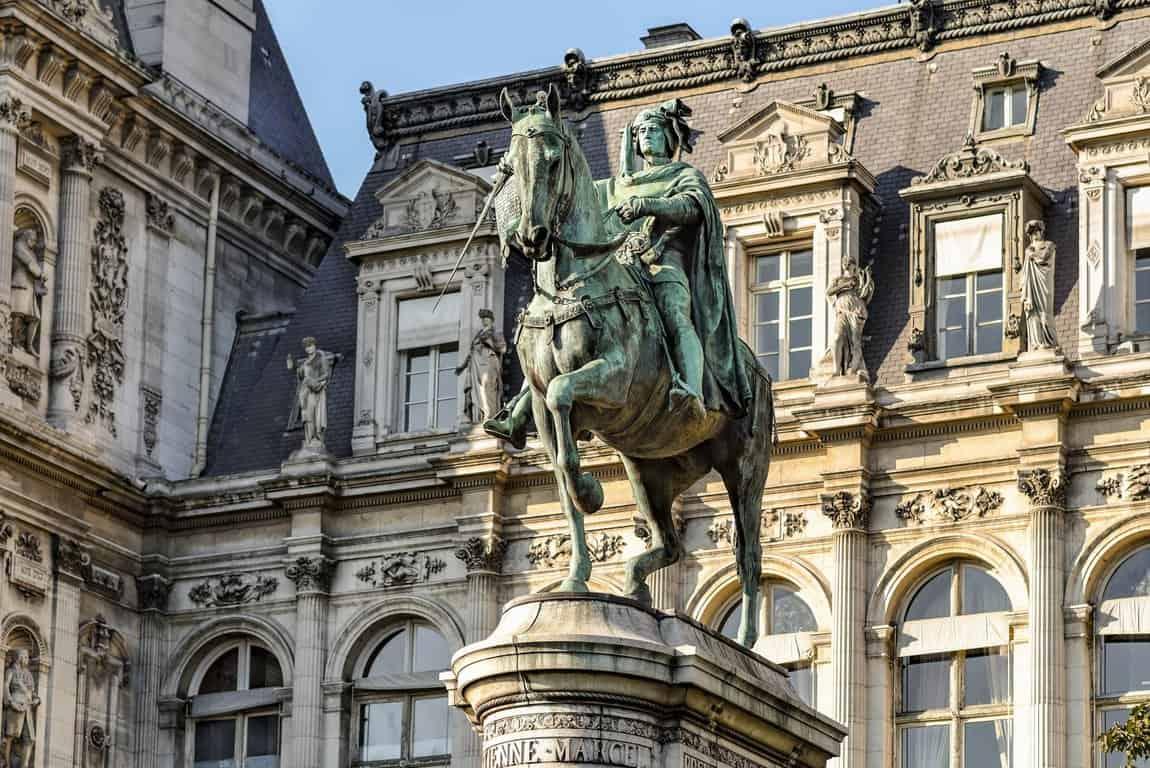 פסלו של אטיין מרסל בגן של ההוטל דה ויל. צילם: יואל תמנליס.