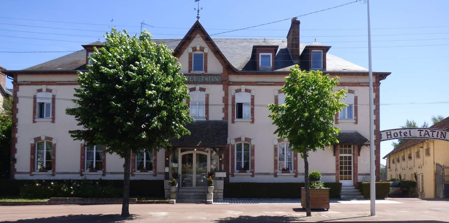מלון טאטין חי וקיים עד היום. צולם על ידי Mairie Lamotte-Beuvron. מוצג כאן על פי הרישיון Creative Commons 4.0.