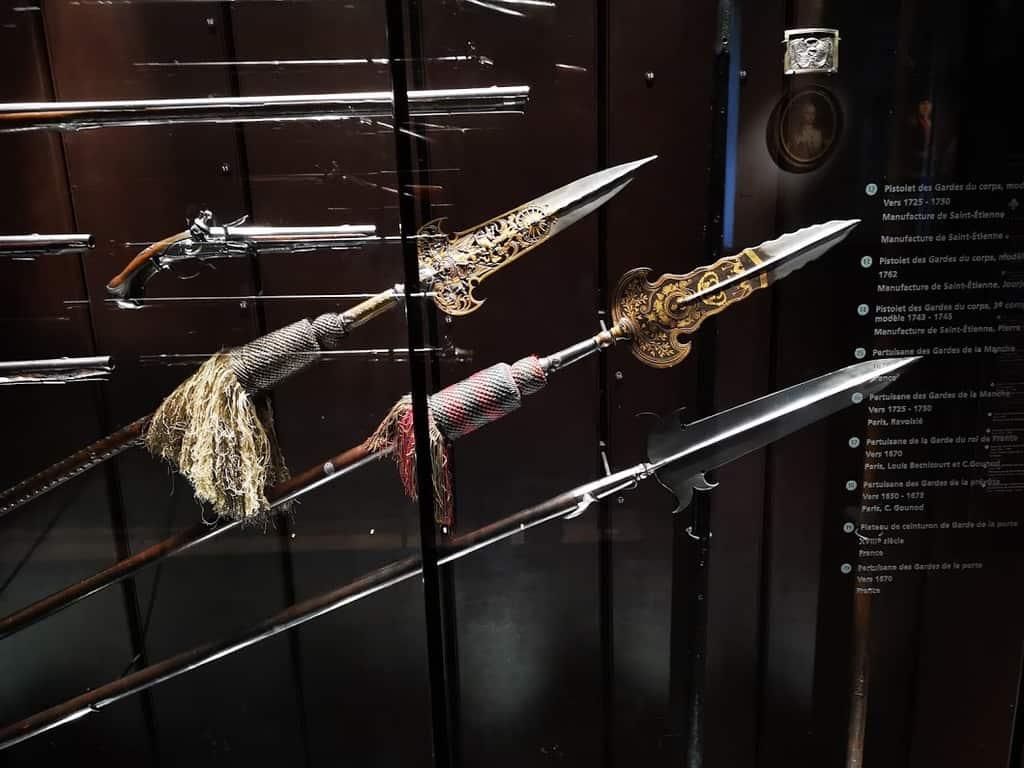 חניתות ואקדחים מוצגים במלוא הדרם. צילום: צבי חזנוב