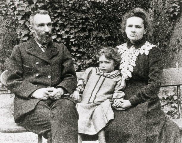 פייר ומארי קירי יחד עם ביתם אירן. מקור צילום: ויקיפדיה.