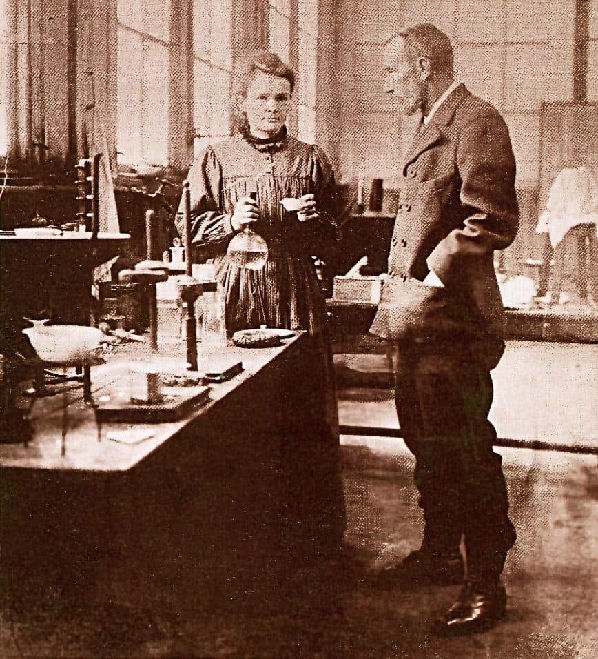 פייר ומארי קירי במעבדה. מקור צילום: ויקיפדיה.